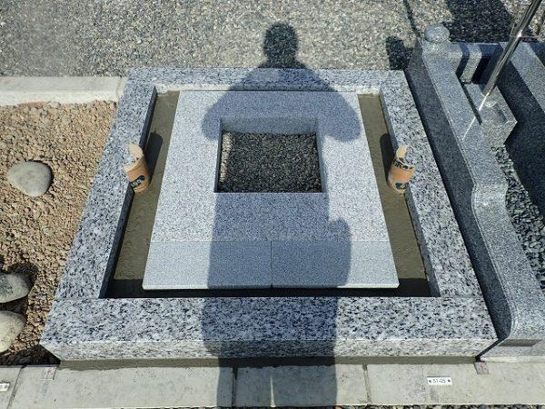 岡崎産の足助御影の外柵基礎石と御影石納骨室