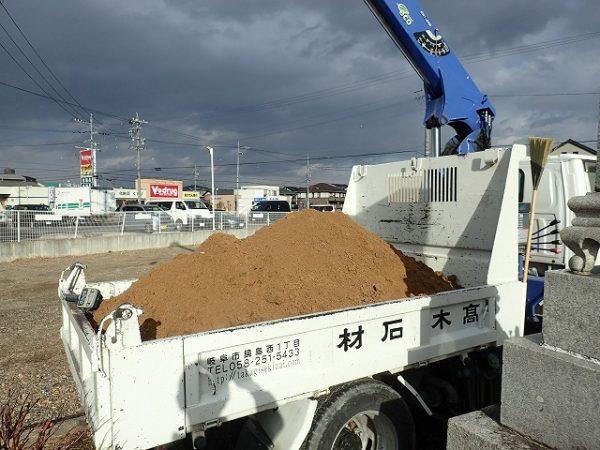 トラックに土を乗せます