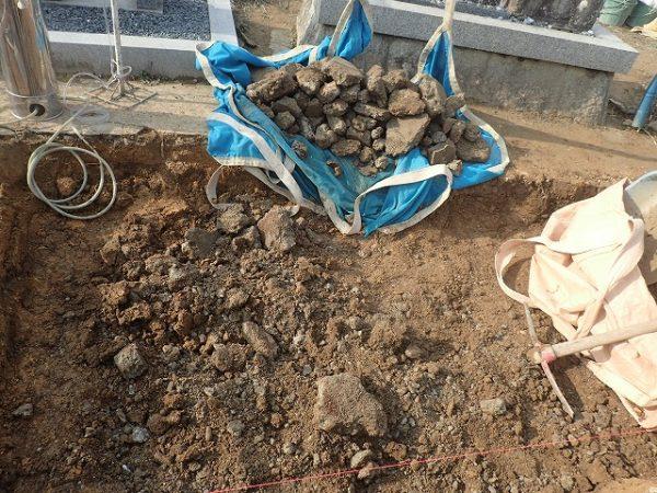 コンクリートのゴミが埋まっていました