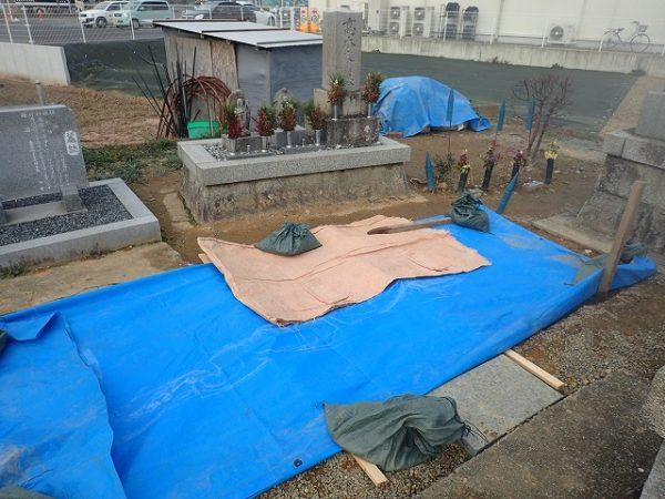 凍害予防とコンクリート養成のためシートで覆ってあります