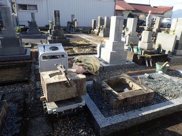小型運搬車を使ってお墓を回収