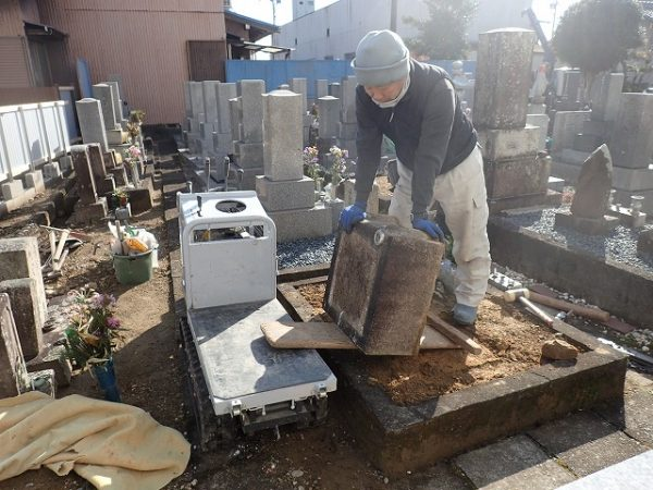 入り組んだ奥の墓所も小型運搬車を使って回収します