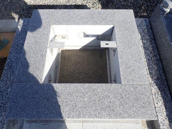 御影石納骨室の中には洗い砂をひいてあります