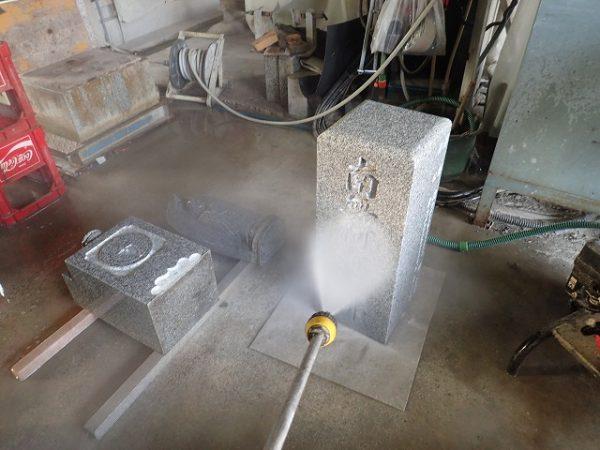 高圧ジェット水流で掃除をします