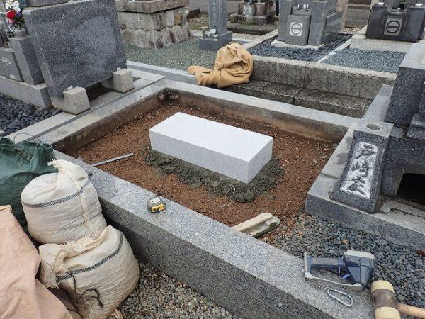 一枚石の墓誌の補強石