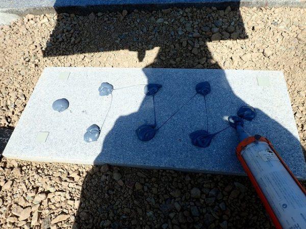 墓誌も補強石の上に、免震シリコン+免震接着剤施工で地震対策施工