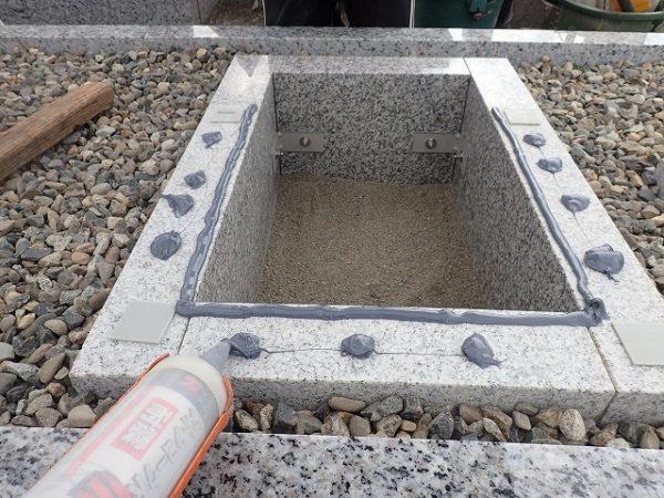 御影石納骨室の上に免震シリコン+免震接着剤施工で地震対策施工