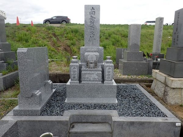 砂利を入れて仕上げをして純国産墓石大島石のお墓完成