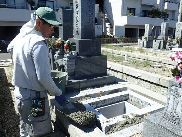 御影石納骨室を組んでコンクリートで固めます