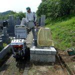 小型運搬車でお墓を回収します