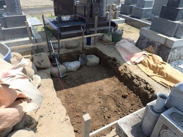 土を掘って玉石を敷きつめます