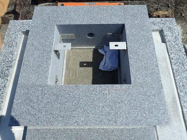 御影石納骨室の中には洗い砂を入れます