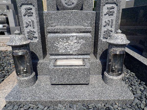 石のロウソク立てと香炉