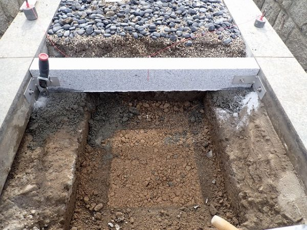 境の石を入れて、前後の延べ石とも固定します