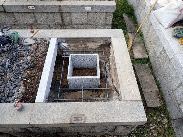 石マスを組んで、鉄筋を組んで基礎コンクリートを打ちます