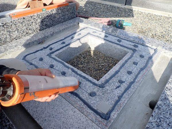 御影石納骨室の上に免震シリコン+免震接着剤施工で地震対策施工をしています