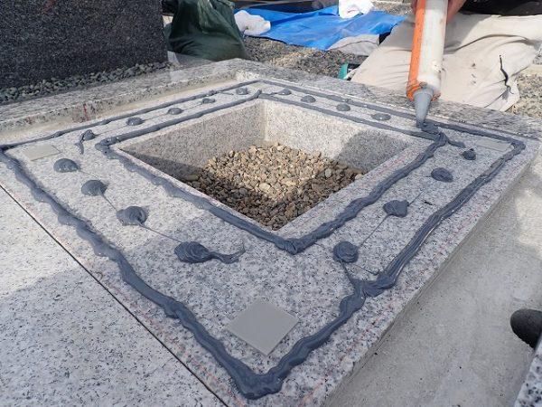 一枚石の御影石納骨室の上に、免震シリコン+免震接着剤施工で地震対策施工