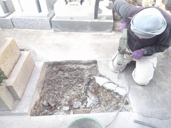 墓所を大きくするのでカッターで切って~コンクリートを割りました