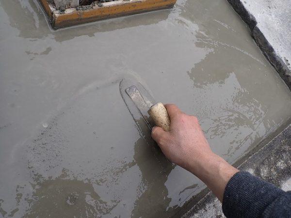 バイブレーターでしっかり空気を抜いて強い基礎コンクリートを作り小手で押さえて仕上げます