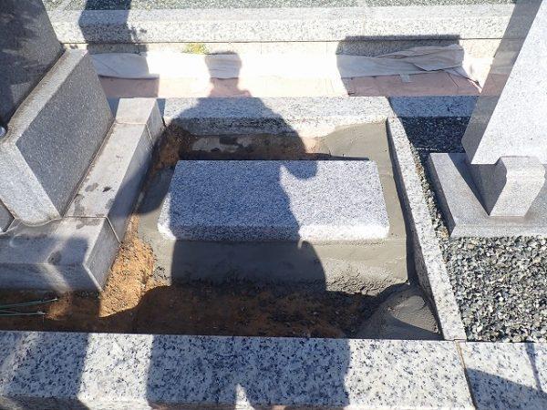 墓誌の補強石を組んで、コンクリートで固めました