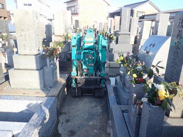 細い墓地の道