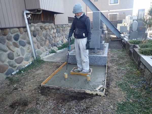 バイブレーターでしっかり空気を抜いて強い基礎コンクリートを作ります