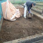 ひたすら土を掘ります