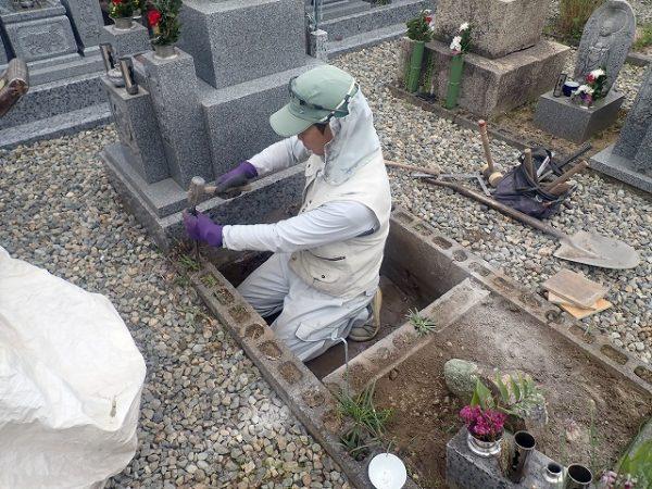 墓所の中を掘って、ブロックを外します