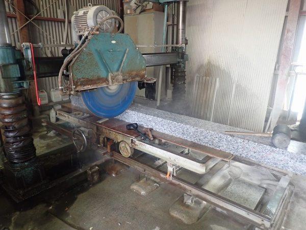 工場で石を切断