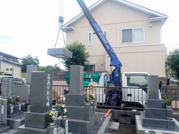 工場で事前に接着した四ツ石をクレーンで吊り上げます