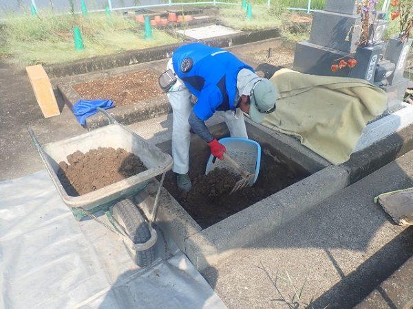 中の土を回収します
