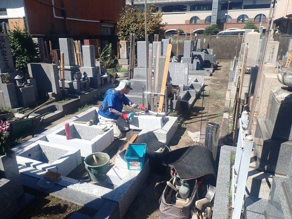 墓誌の補強石を組みます