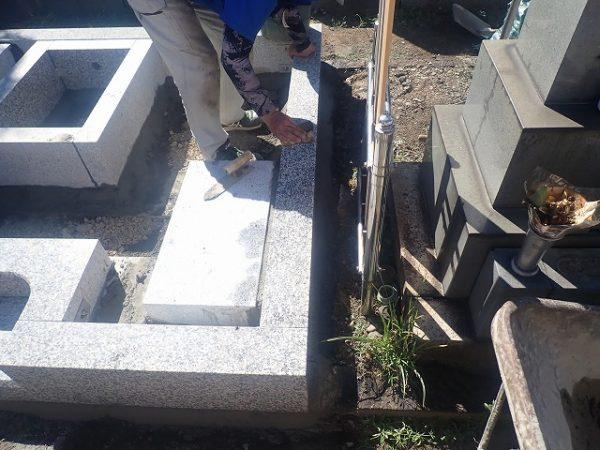 隙間と繋ぎ部分は、コンクリートで固めます