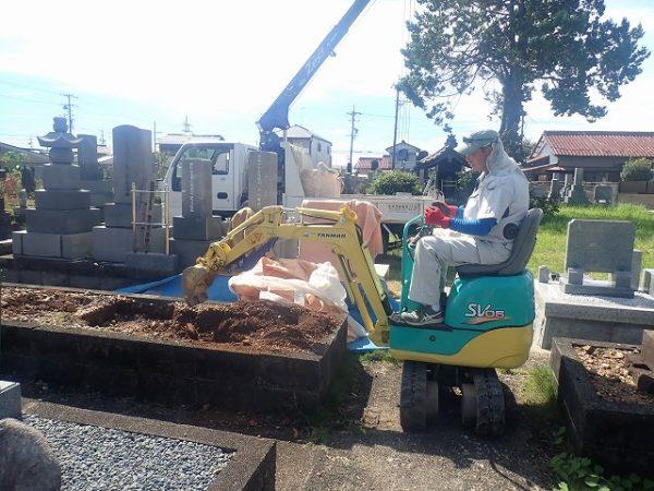 バックホーで土を掘ります