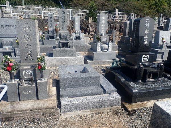 四ツ石と墓誌の拝石