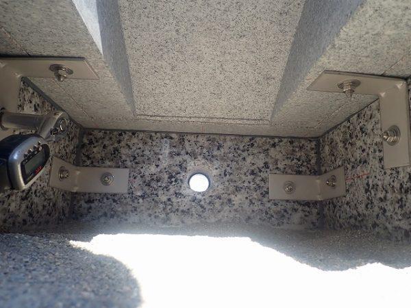 御影石納骨室と台石も金具で固定
