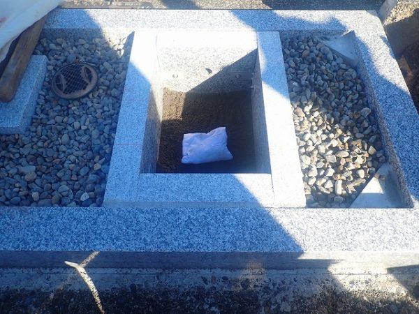 御影石納骨室の中にお骨を納めました