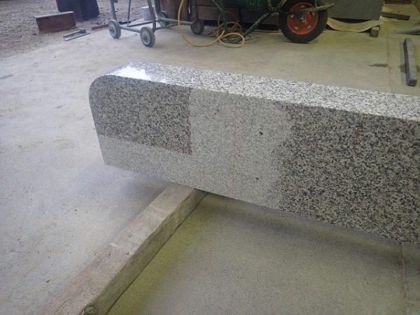 石と石の接着面は磨きを削っています