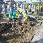 ユンボを使って土を出します