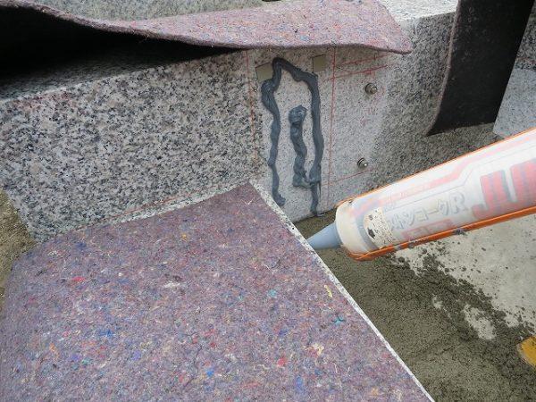 石の合わせ面に接着剤