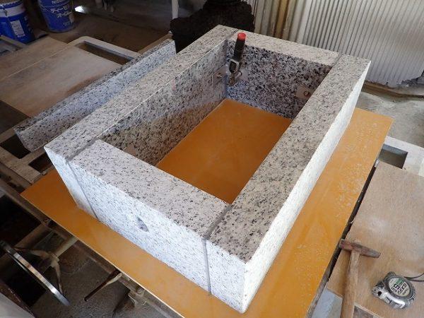 工場で作った御影石納骨室
