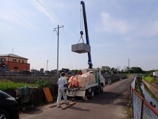 接着した外柵基礎石をクレーンで吊り上げます