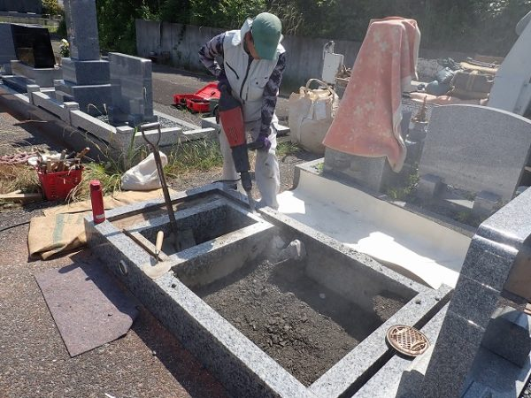 ハツリ機でコンクリートを割ります