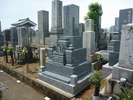 日本の職人が丹精こめて作るお墓