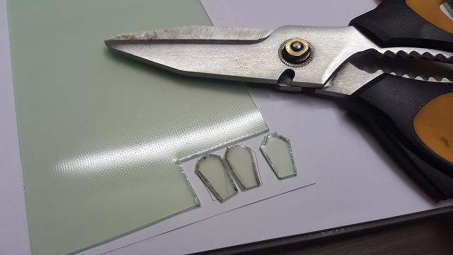 サーキットボードを、はさみで切ります
