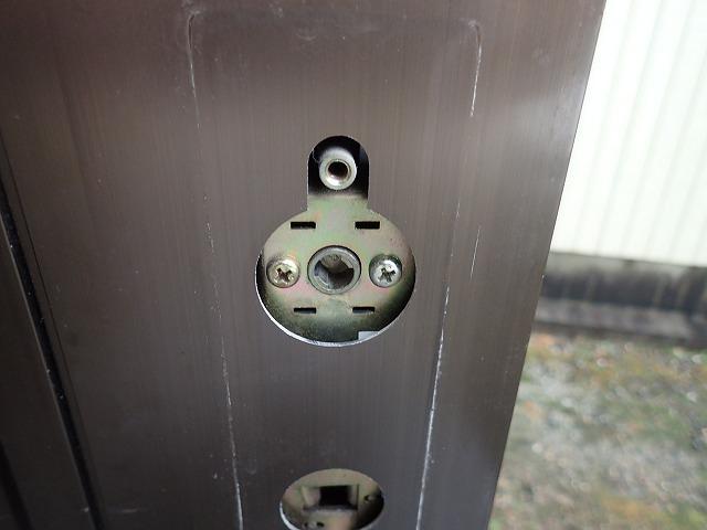 外したら、中のプラスねじを外しますとシリンダー錠が外れます